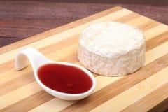 Τυρί με την άσπρη φόρμα Camembert ή brie τύπος με τη σάλτσα των βακκίνιων πρόγευμα υγιές Στοκ Φωτογραφίες