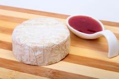 Τυρί με την άσπρη φόρμα Camembert ή brie τύπος με τη σάλτσα των βακκίνιων πρόγευμα υγιές Στοκ Φωτογραφία