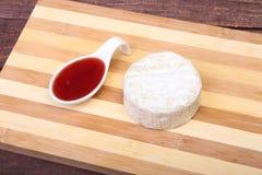 Τυρί με την άσπρη φόρμα Camembert ή brie τύπος με τη σάλτσα των βακκίνιων πρόγευμα υγιές Στοκ Εικόνες