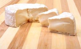 Τυρί με την άσπρη φόρμα Camembert ή brie τύπος στον ξύλινο πίνακα πρόγευμα υγιές Στοκ Φωτογραφίες