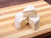 Τυρί με την άσπρη φόρμα Camembert ή brie τύπος στον ξύλινο πίνακα πρόγευμα υγιές Στοκ φωτογραφία με δικαίωμα ελεύθερης χρήσης