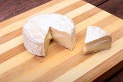 Τυρί με την άσπρη φόρμα Camembert ή brie τύπος στον ξύλινο πίνακα πρόγευμα υγιές Στοκ εικόνες με δικαίωμα ελεύθερης χρήσης