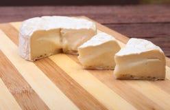 Τυρί με την άσπρη φόρμα Camembert ή brie τύπος στον ξύλινο πίνακα πρόγευμα υγιές Στοκ φωτογραφίες με δικαίωμα ελεύθερης χρήσης