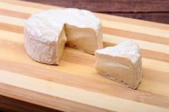 Τυρί με την άσπρη φόρμα Camembert ή brie τύπος στον ξύλινο πίνακα πρόγευμα υγιές Στοκ Εικόνες