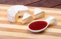 Τυρί με την άσπρη φόρμα Camembert ή brie τύπος με τη σάλτσα των βακκίνιων πρόγευμα υγιές Στοκ Εικόνα