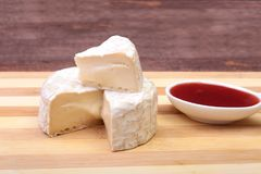 Τυρί με την άσπρη φόρμα Camembert ή brie τύπος με τη σάλτσα των βακκίνιων πρόγευμα υγιές Στοκ φωτογραφία με δικαίωμα ελεύθερης χρήσης