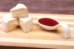Τυρί με την άσπρη φόρμα Camembert ή brie τύπος με τη σάλτσα των βακκίνιων πρόγευμα υγιές Στοκ εικόνα με δικαίωμα ελεύθερης χρήσης