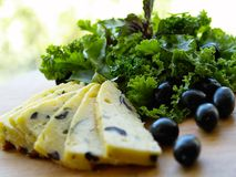 Τυρί με την ελιά και την πράσινη σαλάτα στοκ φωτογραφίες με δικαίωμα ελεύθερης χρήσης
