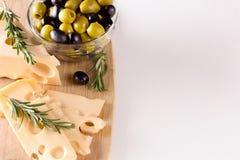 Τυρί με τις πράσινες και μαύρες ελιές Στοκ Εικόνες