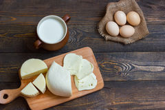 Τυρί με το γάλα σε έναν ξύλινο πίνακα σπιτικός Στοκ φωτογραφίες με δικαίωμα ελεύθερης χρήσης