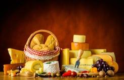 Τυρί με το ψωμί και τα τρόφιμα Στοκ Εικόνες