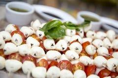 Τυρί μοτσαρελών με τις ντομάτες Στοκ Εικόνες