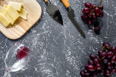 Τυρί παρμεζάνας Aperitive και κόκκινο σταφύλι στην γκρίζα τοπ άποψη επιτραπέζιου υποβάθρου πετρών copyspace Στοκ Εικόνες