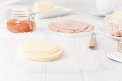 τυρί που τεμαχίζεται Στοκ φωτογραφία με δικαίωμα ελεύθερης χρήσης