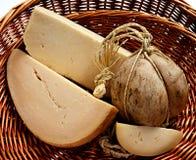 Τυρί προβολόνε σε ένα καλάθι Στοκ εικόνα με δικαίωμα ελεύθερης χρήσης