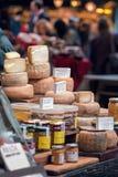 Τυρί πρόβειου γάλακτος Οργανικά προϊόντα για την πώληση στην αγορά Στοκ φωτογραφίες με δικαίωμα ελεύθερης χρήσης