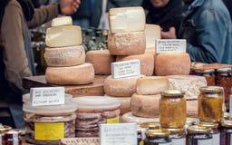 Τυρί πρόβειου γάλακτος Οργανικά προϊόντα για την πώληση στην αγορά Στοκ Φωτογραφία