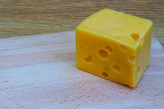 Τυρί σε έναν ξύλινο πίνακα Στοκ Εικόνα
