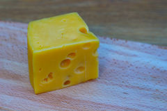 Τυρί σε έναν ξύλινο πίνακα Στοκ φωτογραφίες με δικαίωμα ελεύθερης χρήσης