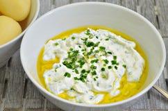 Τυρί στάρπης με τις βρασμένες πατάτες, το έλαιο λιναρόσπορου και το φρέσκο κρεμμύδι Στοκ φωτογραφία με δικαίωμα ελεύθερης χρήσης