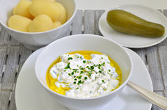 Τυρί στάρπης με τις βρασμένες πατάτες, το έλαιο λιναρόσπορου και το φρέσκο κρεμμύδι Στοκ φωτογραφίες με δικαίωμα ελεύθερης χρήσης
