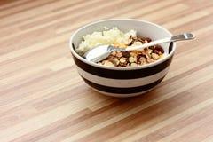 Τυρί στάρπης με το muesli και το κουτάλι Στοκ φωτογραφία με δικαίωμα ελεύθερης χρήσης