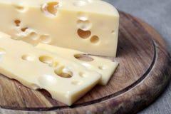 Τυρί στην ξύλινη σανίδα Στοκ φωτογραφία με δικαίωμα ελεύθερης χρήσης