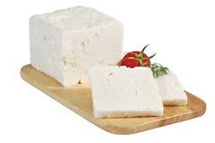 Τυρί στον ξύλινο πίνακα που απομονώνεται στο λευκό Στοκ Φωτογραφίες