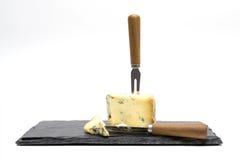 Τυρί στον πίνακα πλακών με τα μαχαιροπήρουνα Στοκ Εικόνες