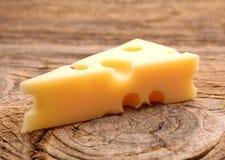 Τυρί στο ξύλινο χαρτόνι στοκ φωτογραφία με δικαίωμα ελεύθερης χρήσης