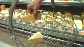 Τυρί στο ράφι στην υπεραγορά φιλμ μικρού μήκους