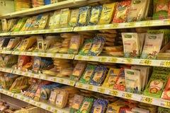 Τυρί τεμαχισμένος στις συσκευασίες στα ράφια υπεραγορών Στοκ εικόνα με δικαίωμα ελεύθερης χρήσης