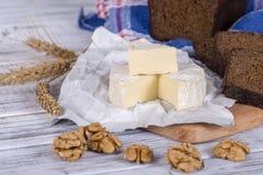 Τυρί της Brie ή Camembert τυρί Τυρί της Brie και μια φέτα με τα ξύλα καρυδιάς και μαύρη φέτα ψωμιού Ιταλικό, γαλλικό τυρί Στοκ φωτογραφίες με δικαίωμα ελεύθερης χρήσης