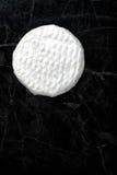 Τυρί της Brie σε ένα σκοτεινό υπόβαθρο Στοκ Φωτογραφίες