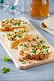 Τυρί τρία και χορτάρια Bruschettas Στοκ εικόνα με δικαίωμα ελεύθερης χρήσης