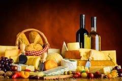 Τυρί, τρόφιμα και κρασί Στοκ Φωτογραφίες