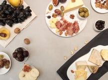 Τυρί τυριών σύνθεσης τροφίμων platewith, ξηρά κρέατα, διάφορο fru Στοκ Φωτογραφίες