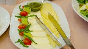 Τυρί Cheddar φέτας τυριών, κεράσι ντοματών απόθεμα βίντεο