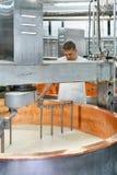 Τυρί Comte διαδικασιών κατασκευαστών τυριών στο γαλακτοκομείο της Γαλλίας στοκ φωτογραφία με δικαίωμα ελεύθερης χρήσης