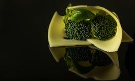 Τυρί Edamer φετών με το κλαδάκι μπρόκολου και βασιλικού στοκ φωτογραφία με δικαίωμα ελεύθερης χρήσης