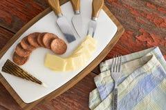 Τυρί Manchego με το πικάντικο λουκάνικο Στοκ εικόνα με δικαίωμα ελεύθερης χρήσης