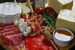 Τυρί Platte με τα διαφορετικά τυριά, κρέατα στον ξύλινο πίνακα Στοκ Φωτογραφίες