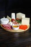 Τυρί Platte με τα διαφορετικά τυριά, κρέατα στον ξύλινο πίνακα Στοκ εικόνα με δικαίωμα ελεύθερης χρήσης