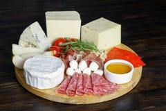 Τυρί Platte με τα διαφορετικά τυριά, κρέατα στον ξύλινο πίνακα Στοκ εικόνες με δικαίωμα ελεύθερης χρήσης