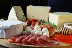 Τυρί Platte με τα διαφορετικά τυριά, κρέατα στον ξύλινο πίνακα Στοκ Εικόνα