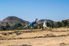 Τυραννόσαυρος δεινοσαύρων και γλυπτό ή ομοίωμα Stegosaurus στο δάσος στοκ φωτογραφίες με δικαίωμα ελεύθερης χρήσης
