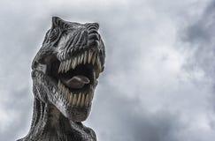 Τυραννόσαυρος με το γκρίζο υπόβαθρο σύννεφων Στοκ εικόνα με δικαίωμα ελεύθερης χρήσης
