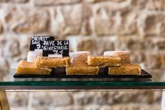 Τυριά στο μετρητή ενός μικρού καταστήματος Γαλλία Παρίσι στοκ φωτογραφία με δικαίωμα ελεύθερης χρήσης