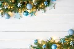 Τυρκουάζ έμβλημα Χριστουγέννων, πλαίσιο, κλάδοι του FIR στοκ φωτογραφίες