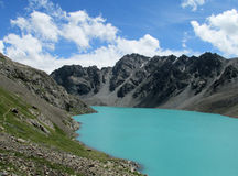 Τυρκουάζ λίμνη στα βουνά ΑΛΑ-Kul Στοκ Εικόνες